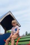 Ung pojke på klättringram Arkivbilder