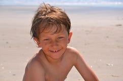 Ung pojke på stranden Arkivfoton