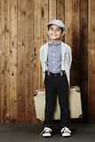 Ung pojke som är klar för semester Arkivbild