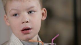Ung pojke som äter pizza i restaurangen lager videofilmer