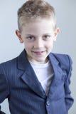 Ung pojke som bär en dräkt Arkivbild