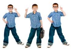 Ung pojke som bär moderiktig jeans och skjortan royaltyfri bild