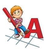 Ung pojke som drar en stor bokstav i röd blyertspenna Royaltyfria Foton
