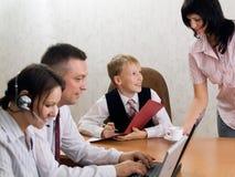 Ung pojke som ett framstickande i kontoret med anställda Royaltyfri Bild