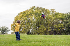 Ung pojke som flyger en drake Arkivbilder