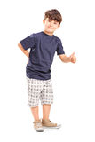 Ung pojke som ger upp en tum Royaltyfria Foton