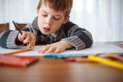Ung pojke som hemma drar Arkivbilder