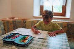 Ung pojke som hemma studerar Arkivfoton