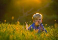 Ung pojke som koncentrerar djupt Arkivbilder