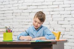 Ung pojke som lär för skola Royaltyfri Foto