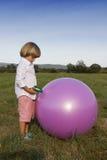 Ung pojke som leker med vattentrycksprutan Arkivbilder