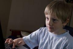 Ung pojke som leker på bärbar dator Arkivfoton
