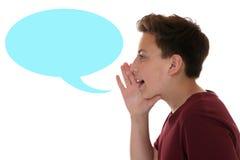 Ung pojke som ropar med anförandebubblan och copyspace Royaltyfria Foton