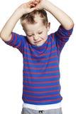 Ung pojke som ser frustrerad Arkivfoto