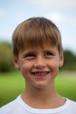 Ung pojke som ser upp Royaltyfri Foto
