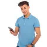 Ung pojke som smsar på hans smartphone Arkivfoton