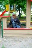Ung pojke som spelar i sandlådan fotografering för bildbyråer