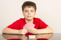 Ung pojke som spelar kort Arkivfoton