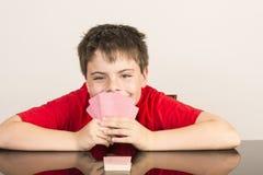 Ung pojke som spelar kort Arkivbilder