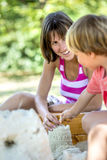 Ung pojke som spelar med hans moder Royaltyfri Fotografi