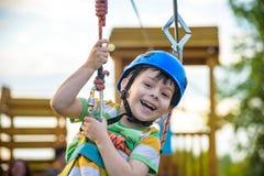 Ung pojke som spelar och har gyckel som utomhus gör aktiviteter Happ royaltyfria foton
