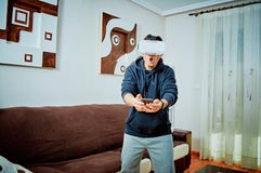 Ung pojke som spelar videospel med exponeringsglas 3d arkivfoton
