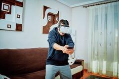 Ung pojke som spelar videospel med exponeringsglas 3d royaltyfri foto