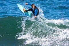 Ung pojke som surfar Santa Cruz, Kalifornien Arkivbilder