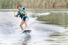 Ung pojke som wakeboarding Arkivfoton