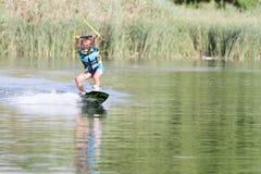 Ung pojke som wakeboarding Royaltyfri Foto