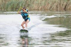 Ung pojke som wakeboarding Arkivfoto