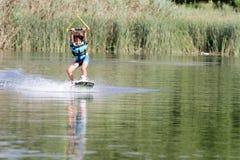 Ung pojke som wakeboarding Arkivbilder
