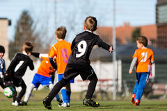 Ung pojke under fotbollsmatch royaltyfria foton