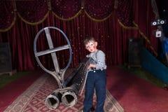 Ung pojkeclown Holding Large Gun på etapp royaltyfri fotografi