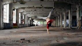 Ung pojkedansbreakdance i den gamla korridoren lager videofilmer