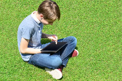 Ung pojkedobbel på hans nya minnestavlaPC Arkivbilder