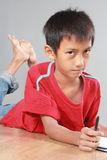 Ung pojkehandstil på golvet Fotografering för Bildbyråer