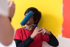 Ung pojkemålare med målarfärgrullen Royaltyfri Foto