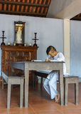 Ung pojkemunk som studerar i klassrum på den kungliga buddisten Thien Mu Royaltyfria Bilder