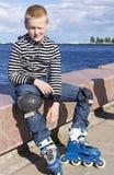 Ung pojkerollerblader Fotografering för Bildbyråer