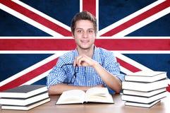 Ung pojkestudent på bakgrunden med UK-flaggan Arkivfoto
