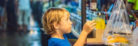 Ung pojketurist på att gå för matmarknad för gata det asiatiska BANRET, LÅNGT FORMAT royaltyfria bilder