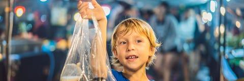 Ung pojketurist på att gå för matmarknad för gata det asiatiska BANRET, LÅNGT FORMAT arkivfoto