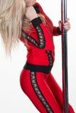 Ung poldanskvinna som gör gymnastik mot vit Royaltyfria Bilder