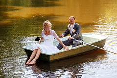 Ung precis gift brud och brudgum på fartyget Royaltyfria Foton
