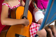 Ung preteenflicka som har gitarrkurs hemma Royaltyfria Bilder