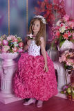 Ung prinsessa bland blommorna Arkivbilder