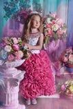Ung prinsessa bland blommorna Arkivfoton