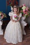 Ung prinsessa i en vit klänning med en tiara på hennes huvud arkivfoto