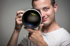 Ung pro-fotograf med den digitala kameran - DSLR Fotografering för Bildbyråer